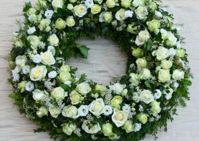 Corona di Rose bianche Pompe Funebri Ostia